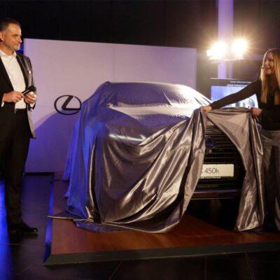 Automotive Moderatorin Saskia Naumann moderiert ein Automobil Event