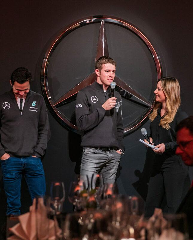 Automobil Moderatorin Saskia Naumann moderiert ein Automotive Event für Mercedes Benz