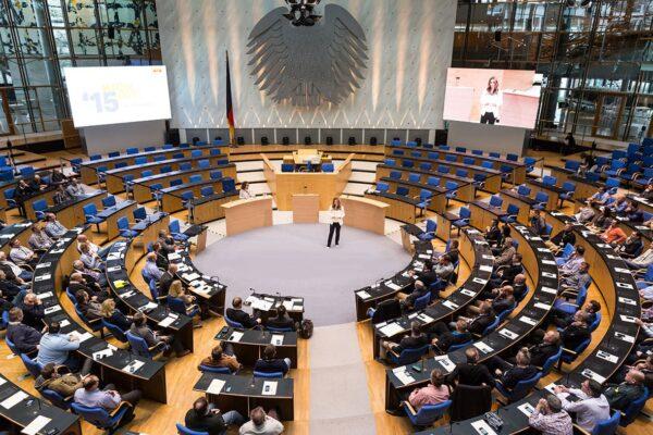 Kongressmoderatorin-Saskia-Naumann-bei-einer-Eventmoderation-im-alten-Bundestag-in-Bonn