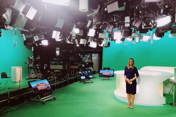 RTL-Moderatorin-Saskia-Naumann-in-den-Fernsehstudios-bei-einer-Live-Sendung