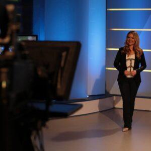 RTL und ntv Moderatorin Saskia Naumann im TV-Studio