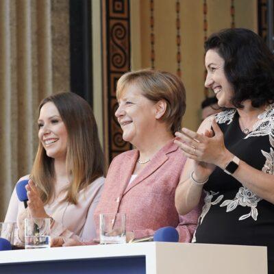 Moderatorin Digitalisierung Saskia Naumann bei einer Eventmoderation mit Bundeskanzlerin Angela Merkel und Digital Ministerin Doro Bär