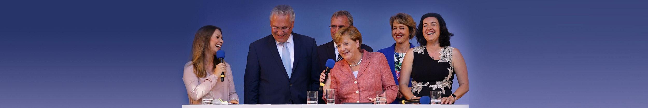 Eventmoderatorin Saskia Naumann mit Angela Merkel