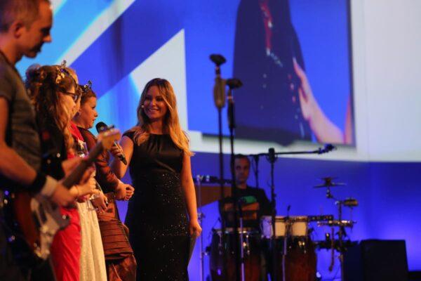 Gala Moderatorin Saskia Naumann auf der Bühne mit einem Showact