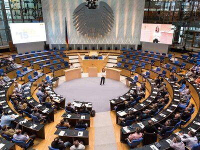 Kongressmoderatorin-Saskia-Naumann-bei-einer-Eventmoderation-im-alten-Bundestag-in-Bonn-01