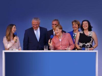 Moderatorin Saskia Naumann mit Angela Merkel