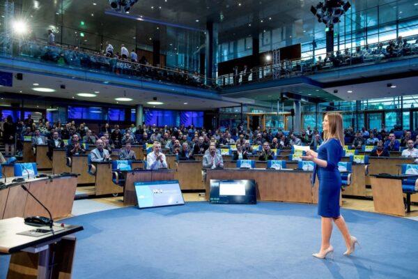 Moderatorin Saskia Naumann bei einer Kongress-Moderation