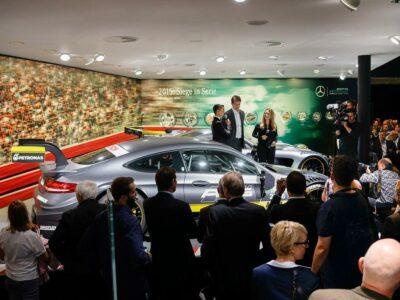 Messemoderatorin Automobil Mercedes Benz