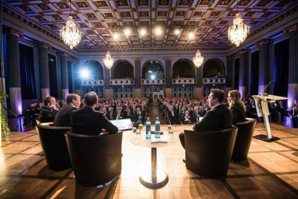 Moderation einer Podiumsdiskussion für Führungskräfte