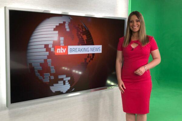NTV Moderatorin Saskia Naumann in den Fernsehstudios der RTL-Medeingruppe in Köln