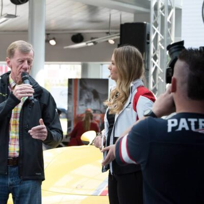 Porsche-Moderatorin Saskia Naumann bei einer Veranstaltungsmoderation mit Walter Röhrl