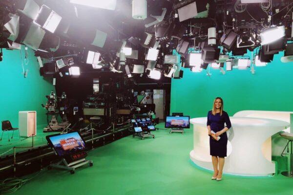 RTL-Moderatorin-Saskia-Naumann-in-den-Fernsehstudios-bei-einer-Live-Sendung (1) (1)