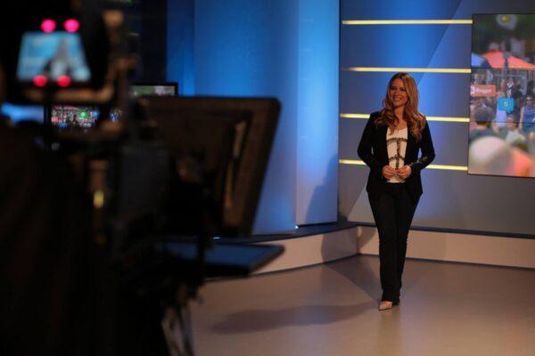 RTL-und-ntv-Moderatorin-Saskia-Naumann-im-TV-Studio