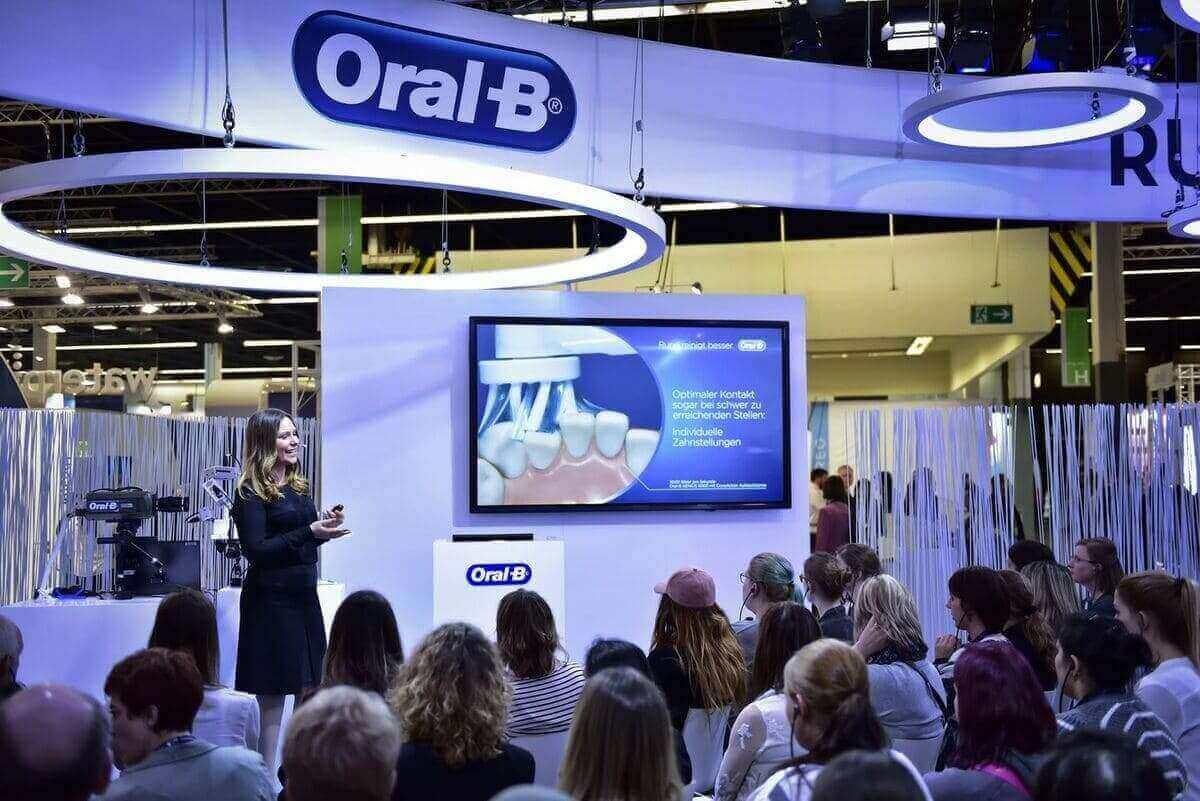 Messemoderatorin Saskia für Oral B in Köln