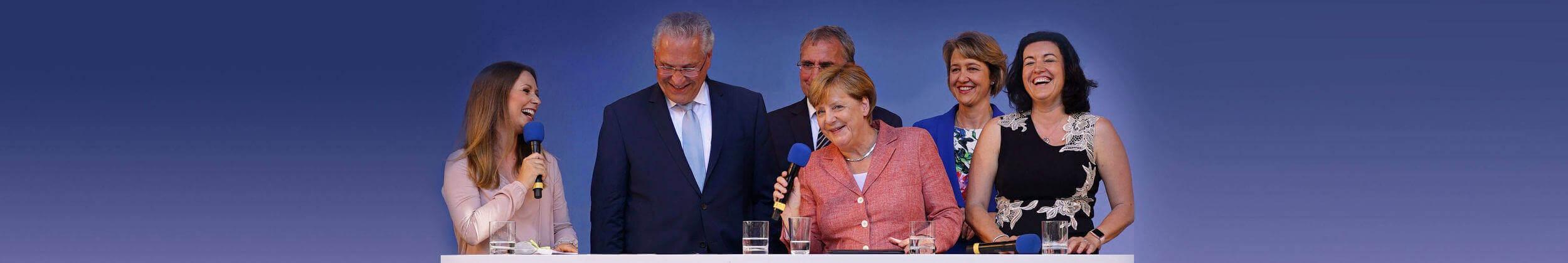 Moderatorin Saskia Naumann bei einem Event mit Angela Merkel